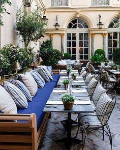 Assinada pela Ralph Lauren, a composição da área externa deste restaurante parisiense, imprime uma sutil elegância e muito charme em sua composição de cores e texturas integrando a natureza e arquitetura típicas da art nouveau. #casa #homedecor #giardino #architecture #interiordesign #paris #artnouveau #art #ralphlauren #luxury #design #laemcasa