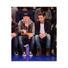 Liam y Niall en la `Kiss Cam de un partido de baloncesto ¡Qué pesados! ❤ liked on Polyvore featuring beauty products, one direction, liam payne, niall horan, 1d and liam
