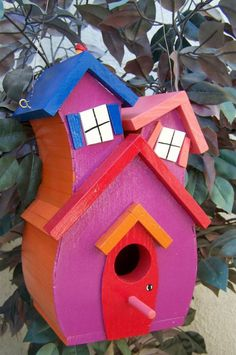 cabane d'oiseaux asymétrique peinte rose