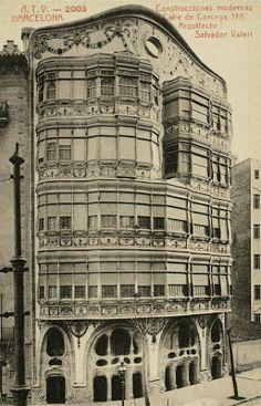 Casa Comalat Desconegut 1912-1922 Arxiu Fotogràfic de Barcelona La Casa Comalat es un edificio modernista situado en el número 442 de la avenida Diagonal y con fachada posterior en el número 316 de la calle Córcega en Barcelona, siendo un proyecto del año 1906 efectuado en 1911 por el arquitecto Salvador Valeri i Pupurull (1873-1954).