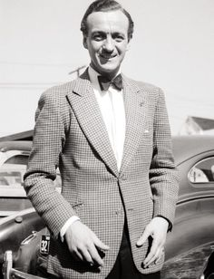 David Niven was a playboy movie star in the he led a British commando squadron in World War Two.then went back to being a playboy movie star. And a well-dressed one at that. Stylish Men Over 50, Most Stylish Men, Stylish Mens Haircuts, Stylish Mens Outfits, Divas, David Niven, Hollywood Actor, Classic Hollywood, Vintage Hollywood