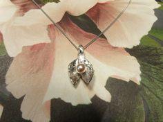 * push present | oogst-sieraden * Collier * Witgouden bladvormen hanger met roze zoetwaterparel * Ter ere van geboorte van Guusje *