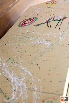Dettaglio credenza in action painting e disegno a mano libera