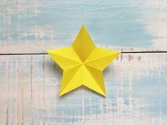 作り方 1.折り紙を裏にして、半分に折ります。   2.右半分を三角に折り、開いて折りすじをつけます。   3.2の線と対角線になるように三角に折り、開いて折りすじをつけます。   4.線が交差する所と左の角、それぞれ星印を合わせて折ります。