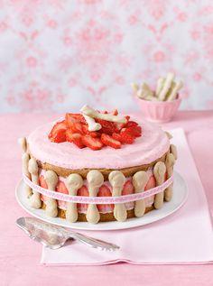 Erdbeer-Sahne-Torte mit Matcha-Biskuit und Baiser von Bernd Siefert © os: burdafood.net/Maike Jessen (5); Foodstyling: Nicole Reymann; Styling: Meike Stüber