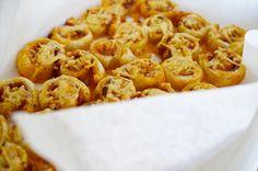 Bladerdeeghapjes met pesto, kaas en ham! Heel makkelijk te maken en ideaal voor een verjaardag!