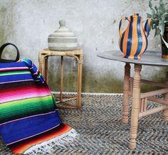 Marokkaans dienblad met leren vloerkleed, rieten fairtrade kruk, en Mexicaanse sarape in frisse kleuren.