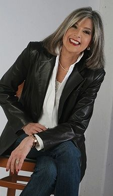 62 Best Ideas Hair Gray Highlights Aging Gracefully Over 50 Grey Hair Wig, Silver Grey Hair, White Hair, Curly Hair, Black Hair, Going Gray Gracefully, Aging Gracefully, Mode Ab 50, Looks Chic