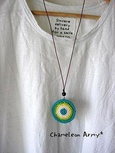 丸モチーフのカラフルネックレスの作り方 Wire Crochet, Crochet Gifts, Knit Crochet, Crochet Jewelry Patterns, Crochet Symbols, Sewing Stitches, Hand Embroidery Designs, Crochet Flowers, Crochet Projects