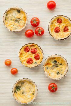 Spinatquiche im Mimiaturformat: Herzhafte Tartelettes mit Spinat, Kirschtomaten und Käse | http://www.backenmachtgluecklich.de