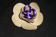 flor semicerrada con pistilos en cola de ratón morado claro