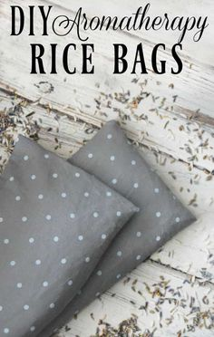 This DIY Aromatherapy Rice Bag is great for sore muscles, growing pains, restless leg syndrome, or when you just need to warm up a bit! Learn how to make a rice bag today! Les Muscles Endoloris, Sore Muscles, Diy Holiday Gifts, Diy Gifts, Holiday Decorations, Holiday Ideas, Diy Rice Bags, Diy Heating Pad, Heating Pads