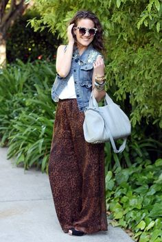 how to wear palazzo pants tip Always elongate. A high waist and heels, and your legs are instantly a mile long. Street Style 2017 Summer, Street Style Edgy, Autumn Street Style, Street Style Women, Star Fashion, Fashion Pants, Fashion Outfits, Fashion Tips, Latest Fashion