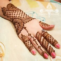 In this collection we have collected most beautiful and amazing back hand mehndi designs ideas for your inspiration. You can choose your next henna design. Henna Hand Designs, Eid Mehndi Designs, Mehndi Designs Finger, Simple Arabic Mehndi Designs, Mehndi Design Photos, Wedding Mehndi Designs, Beautiful Mehndi Design, Latest Mehndi Designs, Mehndi Patterns