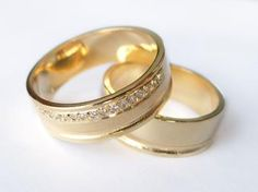 Aliança em Ouro amarelo e brilhantes- LU017  #gabrielaaiex #designerjoias #aliança #noivos #casamento #ouro #brilhantes #noiva #personalizada #brilhantes  www.gabrielaaiex.com.br