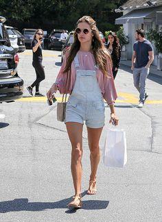 Stars und Models off duty machen es vor: Flache Schuhe ergänzen Ihr Sommer-Outfit perfekt. Hier: Alessandra Ambrosio