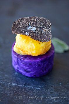 Yema líquida en tempura con trufa negra y patata violeta
