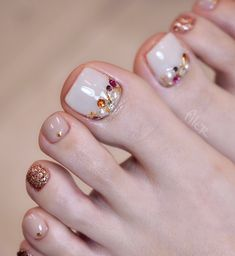 The advantage of the gel is that it allows you to enjoy your French manicure for a long time. There are four different ways to make a French manicure on gel nails. Toe Nail Color, Toe Nail Art, Nail Colors, Pretty Toe Nails, Cute Toe Nails, Pedicure Designs, Toe Nail Designs, Nail Swag, French Toe Nails