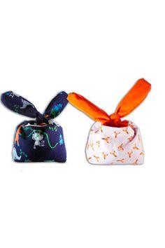 Una linda bolsa en tela con orejas tipo conejo, ideal para llenar de dulces en halloween, un tierno regalo para dar en una fecha de mucho sabor y color. Un regalo empresarial disponible en La Confitería. G 1, Coin Purse, Wallet, Halloween, Color, Business Gifts, Rabbits, Calendar Date, Sachets