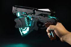 動画:Cerevo、アニメPSYCHO-PASSの特殊拳銃ドミネーター開発。自動変形機構、スマホで執行シーン再現 - Engadget Japanese