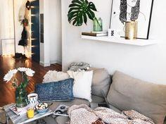 Szara sofa i oryginalne dekoracje w salonie (51465)