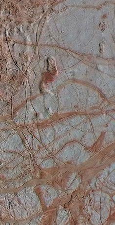 Esta imagen en color realzado de la nave espacial Galileo de NASA muestra un complicado patrón de fracturas lineales sobre la superficie helada de la luna Europa de Júpiter. Un nuevo estudio de NASA recrea las condiciones del océano de la luna Europa de Júpiter y sugiere que puede darse allí el equilibrio necesario para la vida en energía química, incluso si la luna carece de actividad hidrotermal volcánica. Se piensa firmemente que Europa esconde un océano profundo de agua líquida salada.
