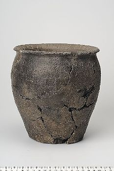 Viking age ceramic vessel found in Adelsö, Uppland, Sweden. Historiska museet Sweden. Vikings Live, Norse Vikings, Norse Pagan, Old Norse, Viking Kitchen, Viking Camp, Viking House, Heroic Age, Viking Reenactment