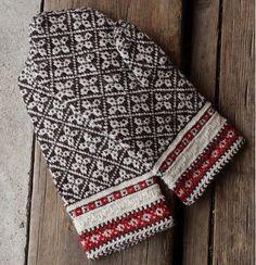 Kihnu, in Estonia? Knitted Mittens Pattern, Knitted Slippers, Knit Mittens, Knitted Gloves, Knitting Charts, Hand Knitting, Knitting Patterns, Norwegian Knitting, Fabric Yarn
