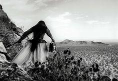 "Graciela Iturbide's ""Mulher anjo"", deserto de Sonora, 1979"
