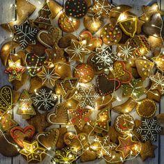 Cosy Winter, Ornament Wreath, Christmas Bulbs, Wreaths, Holiday Decor, Home Decor, Decoration Home, Christmas Light Bulbs, Door Wreaths
