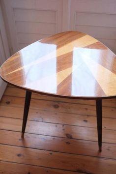 Wunderschöner 50er/60er Jahre Tisch abzugeben:Tisch ist in klasse Zustand, mit lediglich minimalen Gebrauchsspuren,Beine abschraubbar, somit supereasy zu transportieren.Zeitloser Klassiker.Höhe 57cm und Durchmesser 67cm.Auch Versand möglich.