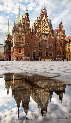 The Ratusz, old town hall built from the to centuries in Wrocław Polonia. Beautiful Places To Visit, Cool Places To Visit, Places To Go, Gdansk Poland, Warsaw Poland, Where Is Poland, World Beautiful City, Visit Poland, Poland Travel