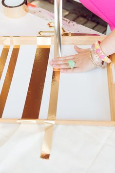 DIY gold tape to decorate a clear serving tray Diy Party Crafts, Diy Arts And Crafts, Home Crafts, Tiffany Pratt, Do It Yourself Fashion, Gold Diy, Diy Schmuck, Tray Decor, Diy Gifts
