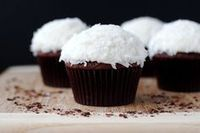 Cupcakes are great chose for desert for every occasion. Here are some recipes for delicious cupcakes that you must try. Chocolate Coconut Cupcakes, Coconut Desserts, Just Desserts, Delicious Desserts, Yummy Food, Chocolate Cake, Buttermilk Cupcakes, Coconut Cakes, French Desserts