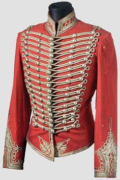 Dolman: Chaqueta de uniforme con adornos de alamares y vueltas de piel, usada por ciertos cuerpos de tropa, principalmente los húsares. Hechos en piel de oveja.