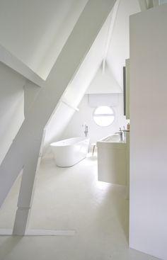 white - bathroom - attic / salle de bains - blanc - combles