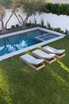 Alberca rectangular con Jacuzzi integrado, borde en cemento o piedra. #esviveverde