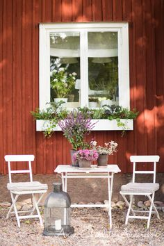 rabatt stenar rabatt stenar Blomldor i tr. Red Cottage, Garden Cottage, Home And Garden, Swedish Decor, Swedish Style, Window Box Flowers, Window Boxes, Red Houses, Small Outdoor Spaces