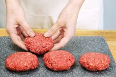 Quem não gosta de hambúrguer? De vez em quando é bem gostoso comer um lanche para variar um pouco, mas se for caseiro e assado melhor ainda! Então gostei dessa dica de hambúrguer caseiro que a queridaKeila Cristiuma, da Sempre Materna, enviou pra gente. Veja como é fácil de fazer: Ingredientes: - 500g de carne…