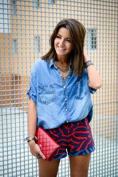 camisa jeans e short estampado = look de fds descontraído, criativo e elegante