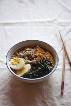 This soup is perfect for autumn and winter : it's warm, buckwheat in soba is a warming grain, kabocha and kale are so comforting!