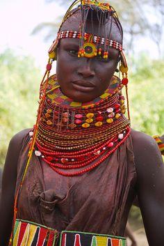 https://flic.kr/p/a94pGG | Turkana people | Kenia, Kenya, Tribes, stammen, Turkana people, Turkana lake, In twee dagen rijden we noordwaarts naar de westelijke kant van het Turkana meer. Hier leeft ook een Turkana bevolking die toch wel duidelijk te onderscheiden is van de Turkana die aan de oostelijke kant leven. De Turkana zijn onderverdeeld in de mensen die in het woud leven (Nimonia) en diegenen die in de vlakte leven (Nocuro). Zoals bij de Maasaï en Samburu is melk gemengd met bloed…