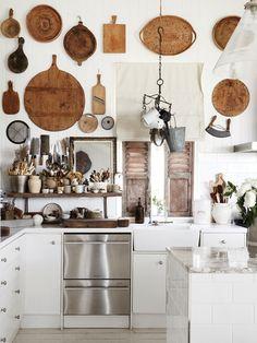 Une cuisine avec décoration murale