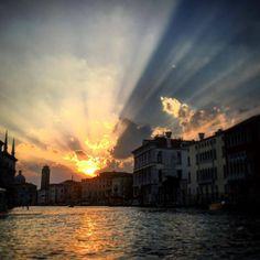 #venezia #ilcielobrucia #theskyisburning #venice #italia #instavenice #canalgrande #sunset (at Venezia, Italia)