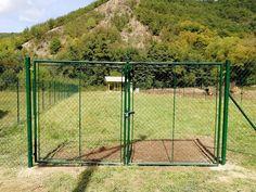 Oplotenie lúky klasickým pletivom a bránou. Požiadavka splnená. Pletivo + dvojkrídlová brána s malou bránou osadená. S nerovným terénom si naši montážnici poradili. #plot #pletivo #pletivonaplot #plotshop #montaz #luka #stlpik #vzpera #fence #post #garden #stavba Shelving, Arch, The Unit, Outdoor Structures, Gardening, Decor, Shelves, Longbow, Decoration