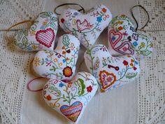 Corações inspirados no lenço dos namorados Types Of Embroidery, Cross Stitch Embroidery, Hand Embroidery, Embroidery Designs, Diy And Crafts, Arts And Crafts, Lavender Bags, Portugal, Art Costume