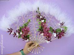 Juan Cereto, floristerías Málaga, ramo de novia en forma de abanico con estructura alambrada con perlas, orquídeas en tonos malva y morados y hojas de hiedra variegata
