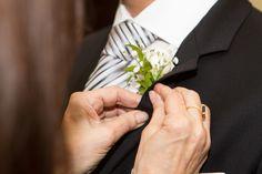 Colocação correta de flor na lapela do terno: prender com alfinete pela parte interna da lapela. Nunca abrir o caseado da lapela do terno!