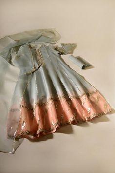 Pakistani Formal Dresses, Pakistani Fashion Casual, Pakistani Dress Design, Pakistani Outfits, Indian Outfits, Shadi Dresses, Stylish Dress Designs, Stylish Dresses, Simple Dresses