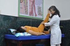 Bệnh nhân mắc bệnh xương khớp đang được điều trị bằng các bài tập vận động.